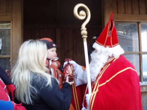 Nikolaus beschenkt ein Kind